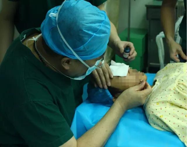被继父重伤12岁女孩开始接受颜面修复手术图片